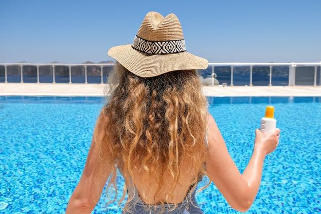 Женщина в бикини возле бассейна