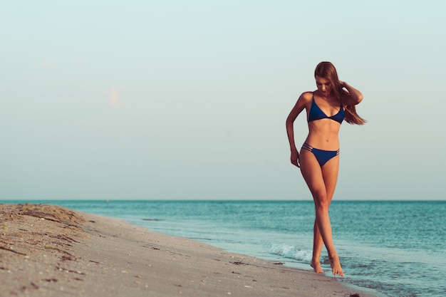 ビーチでビキニの女性