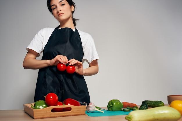 집에서 검은 앞치마 부엌 야채 건강 식품에 여자