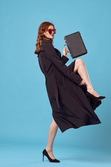 黒いコートを着た女性が公式の休暇のライフスタイルを旅行します