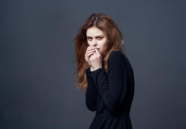 黒のドレスの女性美しい髪型黒のドレスクロップドビューモデル