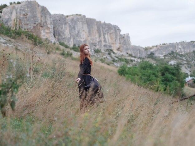 산 여행 산책 풍경에 검은 드레스에 여자