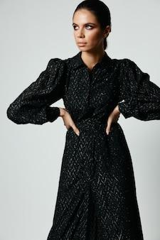 黒のドレスを着た女性はファッションの魅力を脇に見える