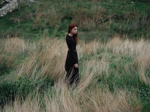 검은 드레스 자연 오른쪽 여행 산 여자