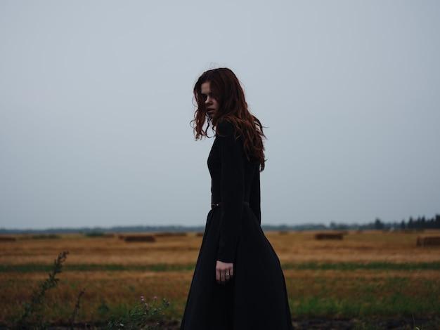 黒のドレスを着た女性屋外ライフスタイル天気