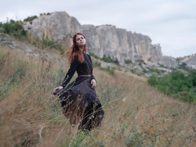 검은 드레스를 입은 여자 야외 산 도보 자유 라이프 스타일