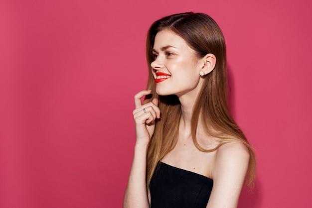 검은 드레스 붉은 입술 매력적인 핑크 벽 매력에 여자.