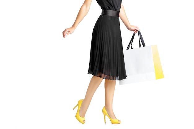 쇼핑 가방 흰색 배경에 고립 된 검은 드레스에 여자.