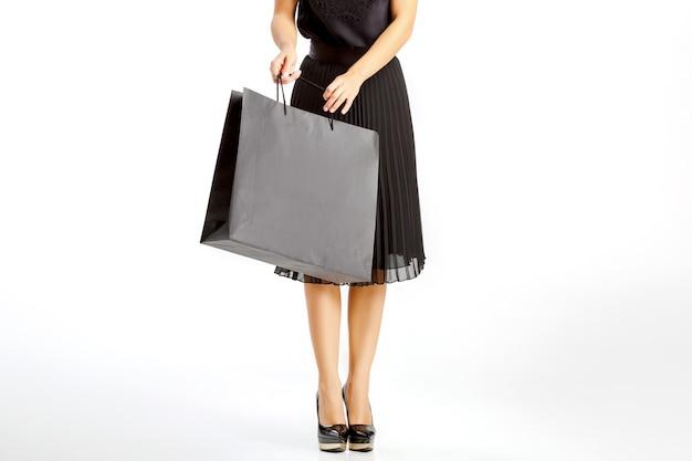 쇼핑백과 검은 드레스 여자