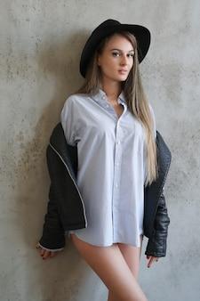 黒い帽子の女