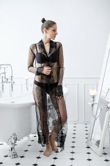 Женщина в черном белье