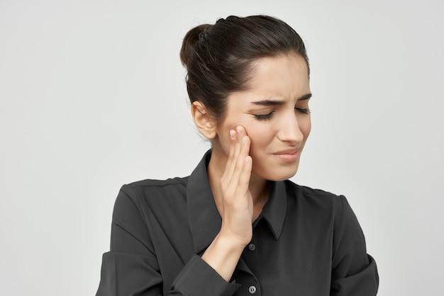 검은 셔츠 편두통에 여자는 부정적인 건강 문제를 스트레스. 고품질 사진