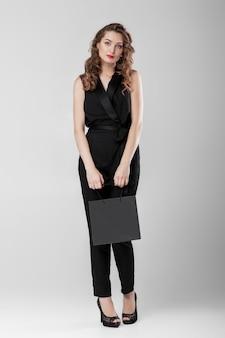 쇼핑백과 검은 색 여자