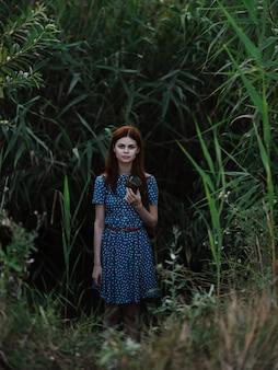 파란 드레스를 입은 여자 녹색 잎 자연 신선한 공기
