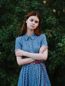 파란 드레스에 여자 산책 녹색 잎 자연 라이프 스타일