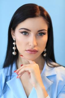 Женщина в голубом платье