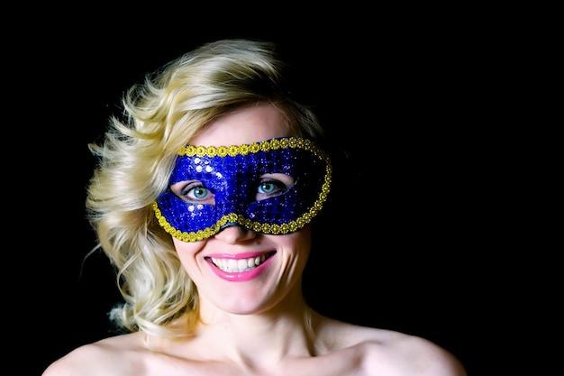 裸の肩を持つ青いアイマスクの女性