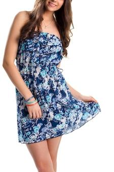 파란색 꽃 드레스에 여자입니다. 화려한 팔찌와 목걸이. 고품질 여름 의류. 플라워 프린트가 있는 가벼운 옷.