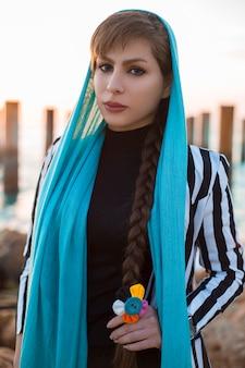 青いヒジャーブ衣装の女性