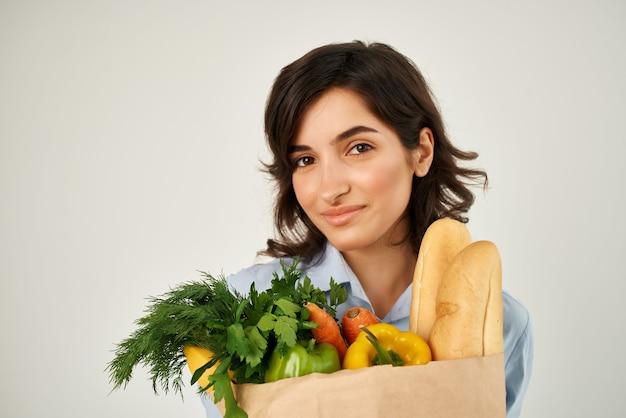 슈퍼마켓 건강 식품 쇼핑에서 식료품과 파란색 셔츠 패키지에 여자