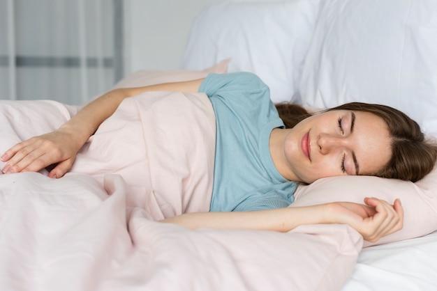 眠っている青いtシャツの女性