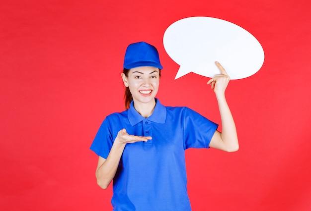 Женщина в синей форме держит доску идей ovale.