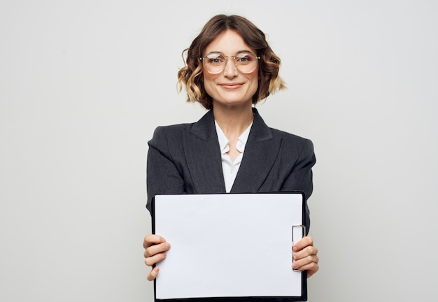 작업 안경 모형에서 종이의 흰 시트와 비즈니스 정장에 여자