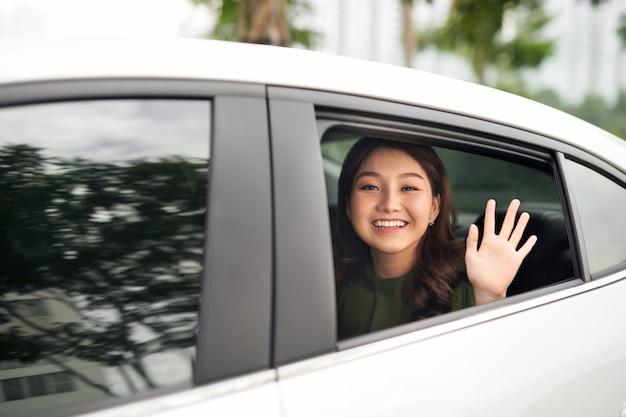 차에있는 여자. 아름 다운 젊은여자가 차에서 바라보고 카메라를보고