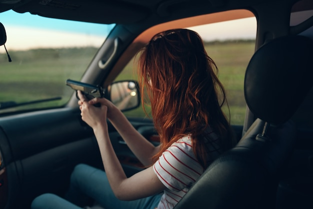 手に腕を持つ車の中で女性フィールド風景tシャツモデルウィンドウ