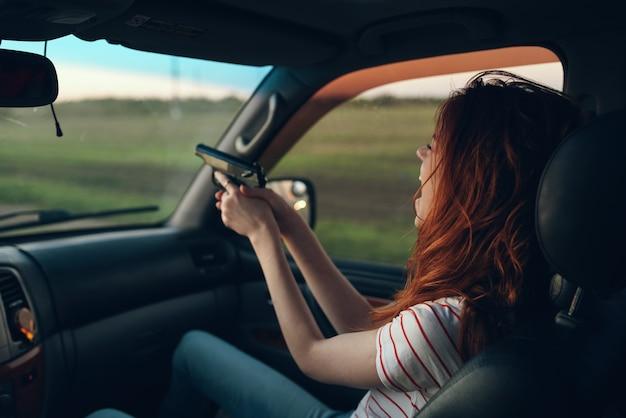 손 필드 풍경 tshirt 모델 창에서 무기와 차에 여자