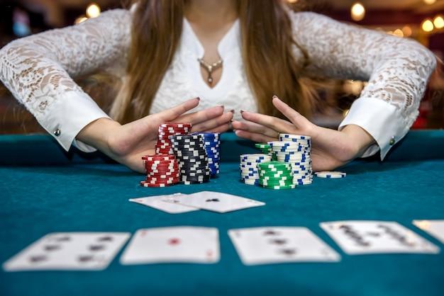 すべてのチップで賭けをするカジノの女性