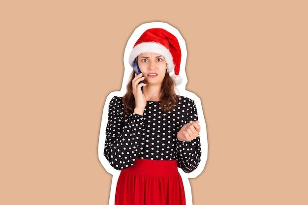クリスマスの帽子をかぶった女性。明けましておめでとうございます。