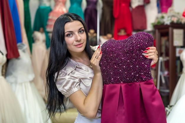 洋服サロンの女性試着ファッションイブニングドレス