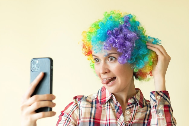 셀카, 재미있는 바보 하루를 복용 광대 색 가발에 여자