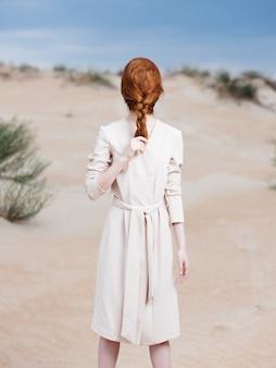 コートの女性顔の毛ビーチ砂島旅行