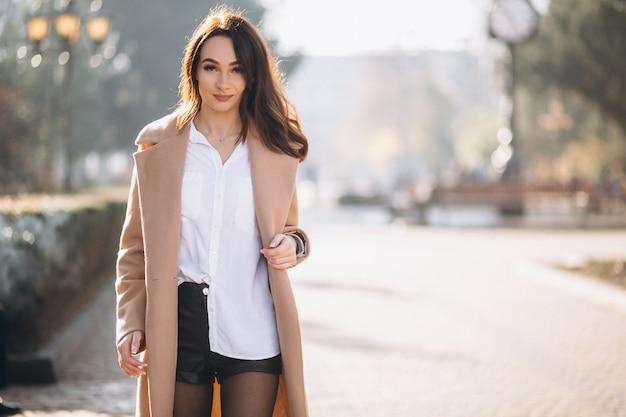 番目の通りの外のコートの女