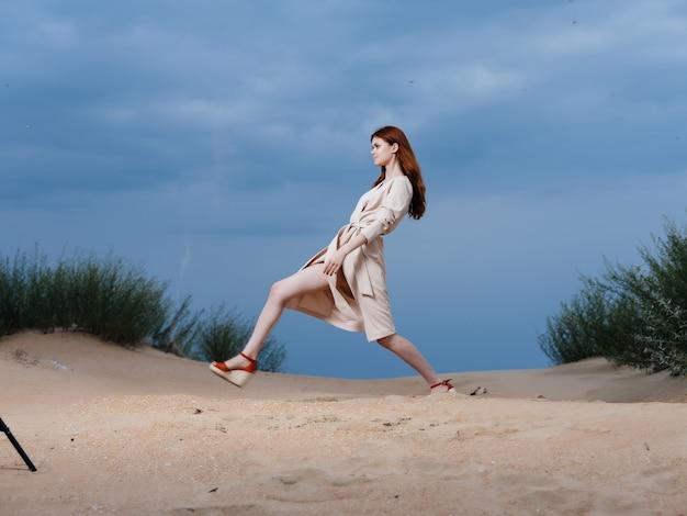 コート砂の夏のライフスタイルファッションの女性