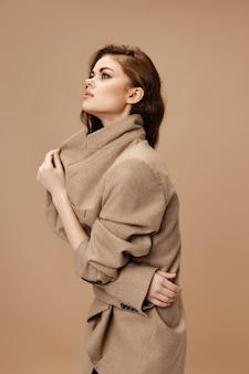 코트에 여자 손 측면 보기와 칼라를 만지고