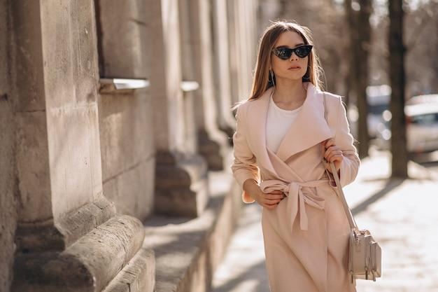 코트는 거리에서 걷고있는 여자