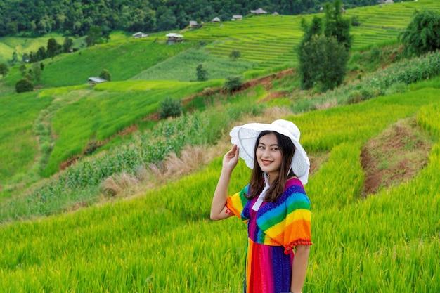태국 치앙마이 매채엠에 있는 파봉피앙 마을의 녹색 계단식 논에서 화려한 무지개 색 옷을 입은 여성