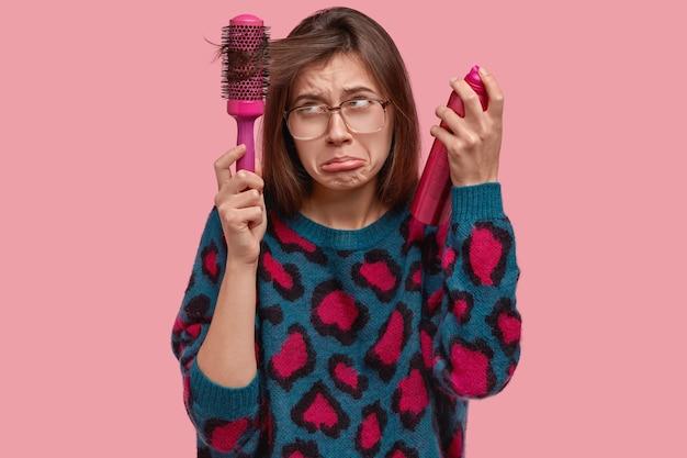 그녀의 헤어 스타일을 하 고 화려한 스웨터에 여자
