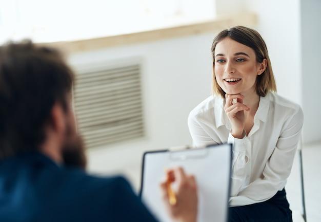 심리 치료사와 상담하는 여성 메시지 건강 진단