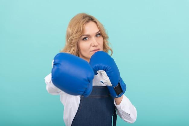 クックエプロンパンチボクシンググローブ、ボクサーの女性。
