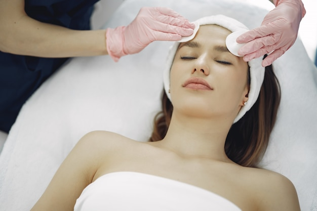 Женщина в косметологической студии на процедуры