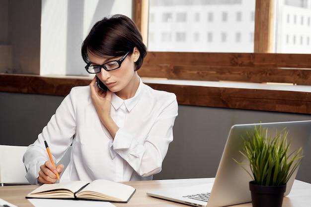 안경 자신감 고립 된 배경으로 노트북 앞 의상에서 아름 다운 여자. 고품질 사진