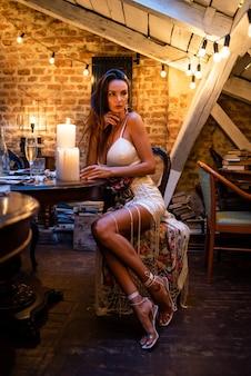 キャンドルと居心地の良い夜のインテリアの女性