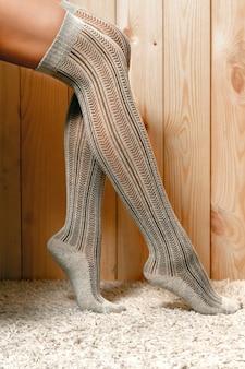 自宅でかわいい靴下の女