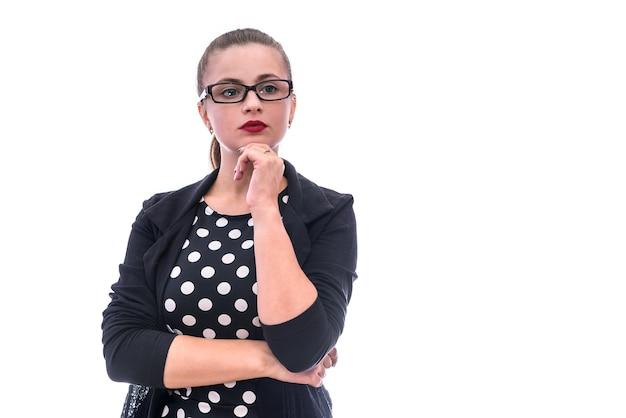 白い背景で隔離のポーズのメガネの暗い服を着た女性