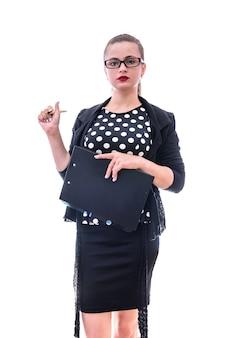 Женщина в темной одежде в очках позирует на белом фоне