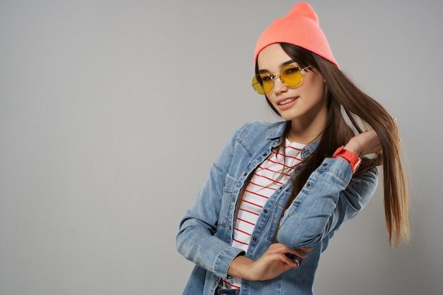 メガネスタジオホームファッションを着ているデニムジャケットの女性